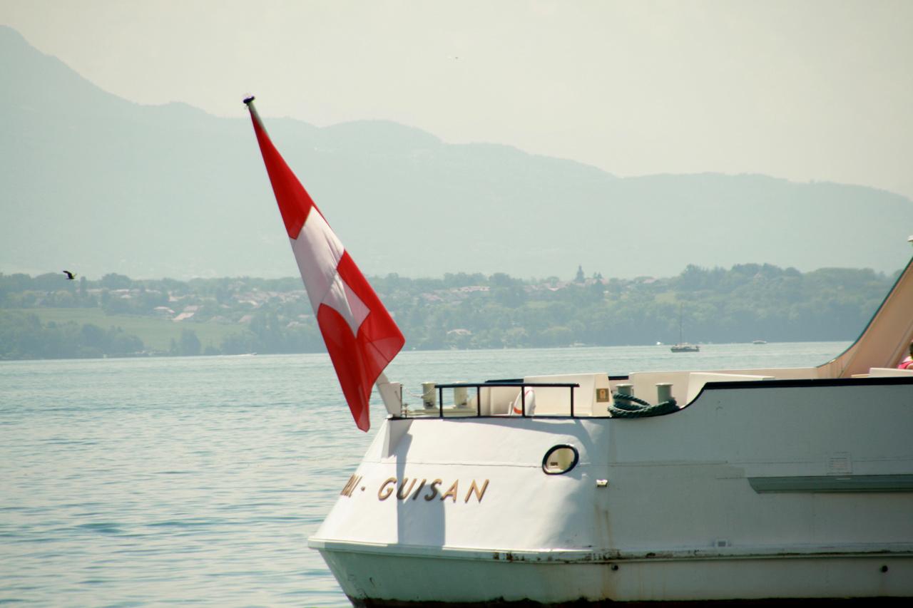 Drapeau suisse à l'arrière du Général Guisan.