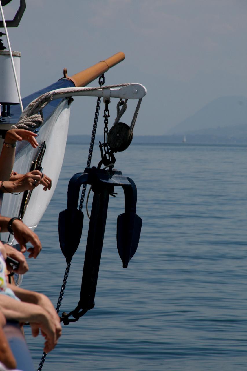 Touristes ancrés à l'avant du bateau.