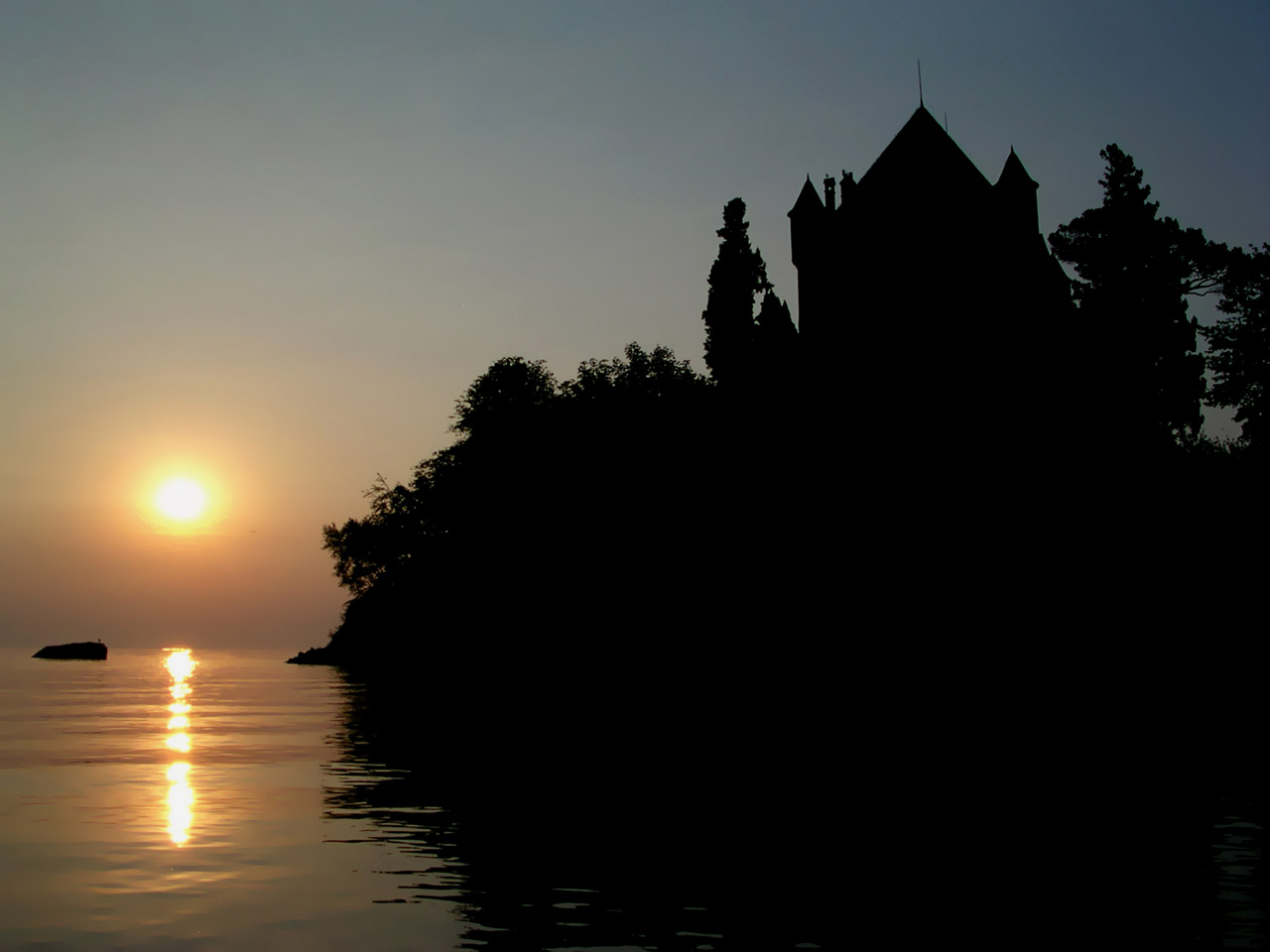 Lever de soleil sur le Lac léman derrière le château d'Yvoire.