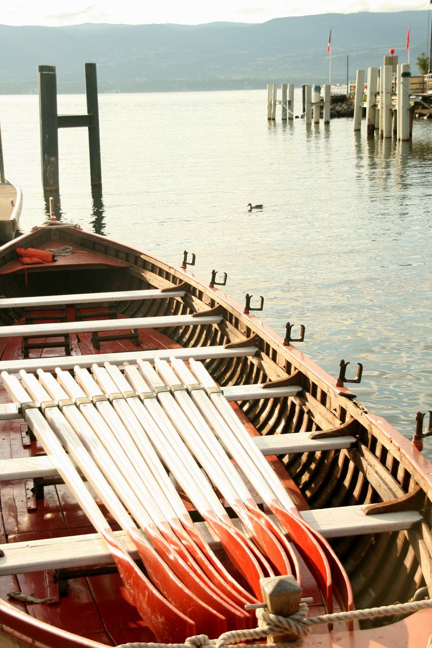 La barque du sauvetage d'Yvoire : 12 rameurs, 1 barreur.