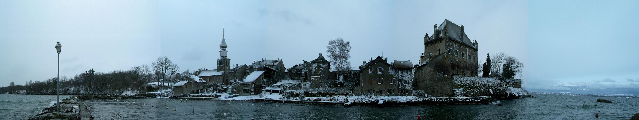 Le village et le château d'Yvoire depuis le vieux port en hiver.