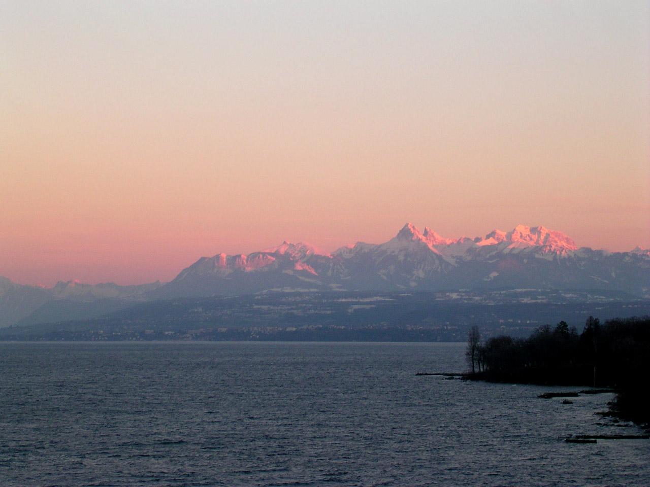 Les Alpes enneigées au soleil couchant et le Lac Léman vus depuis Yvoire.