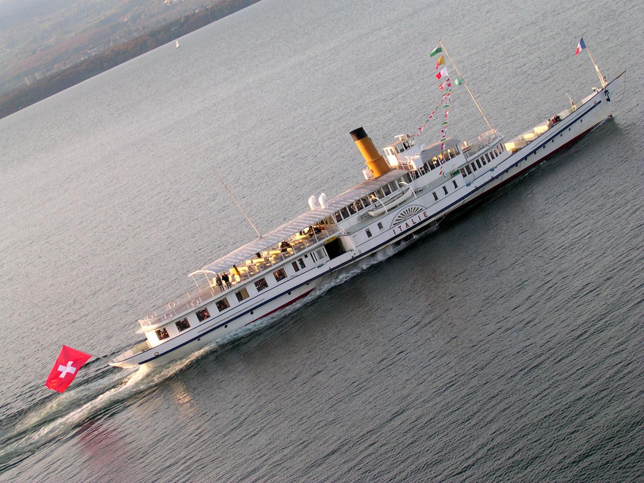 L'Italie, un des bateaux Belle Epoque de la CGN, quitte Yvoire.
