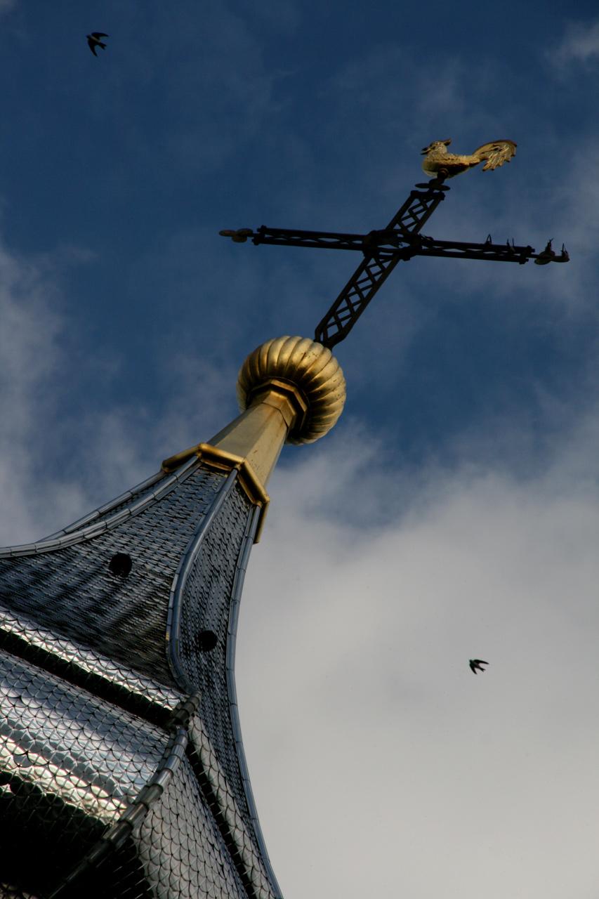 A Yvoire, le clocher brille de mille feux argentés et dorés.