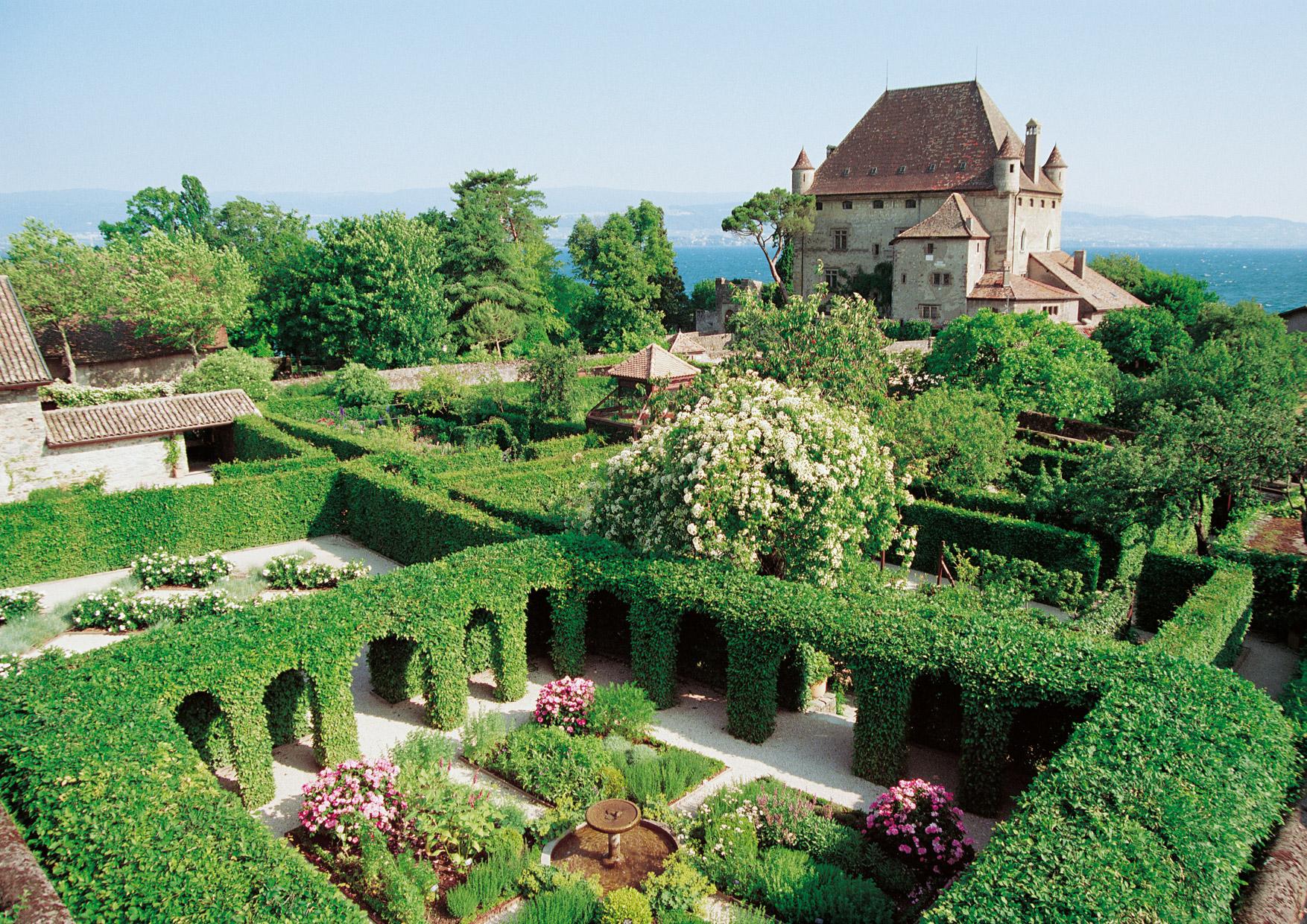 Le cloître du Jardin des Cinq Sens devant le château d'Yvoire