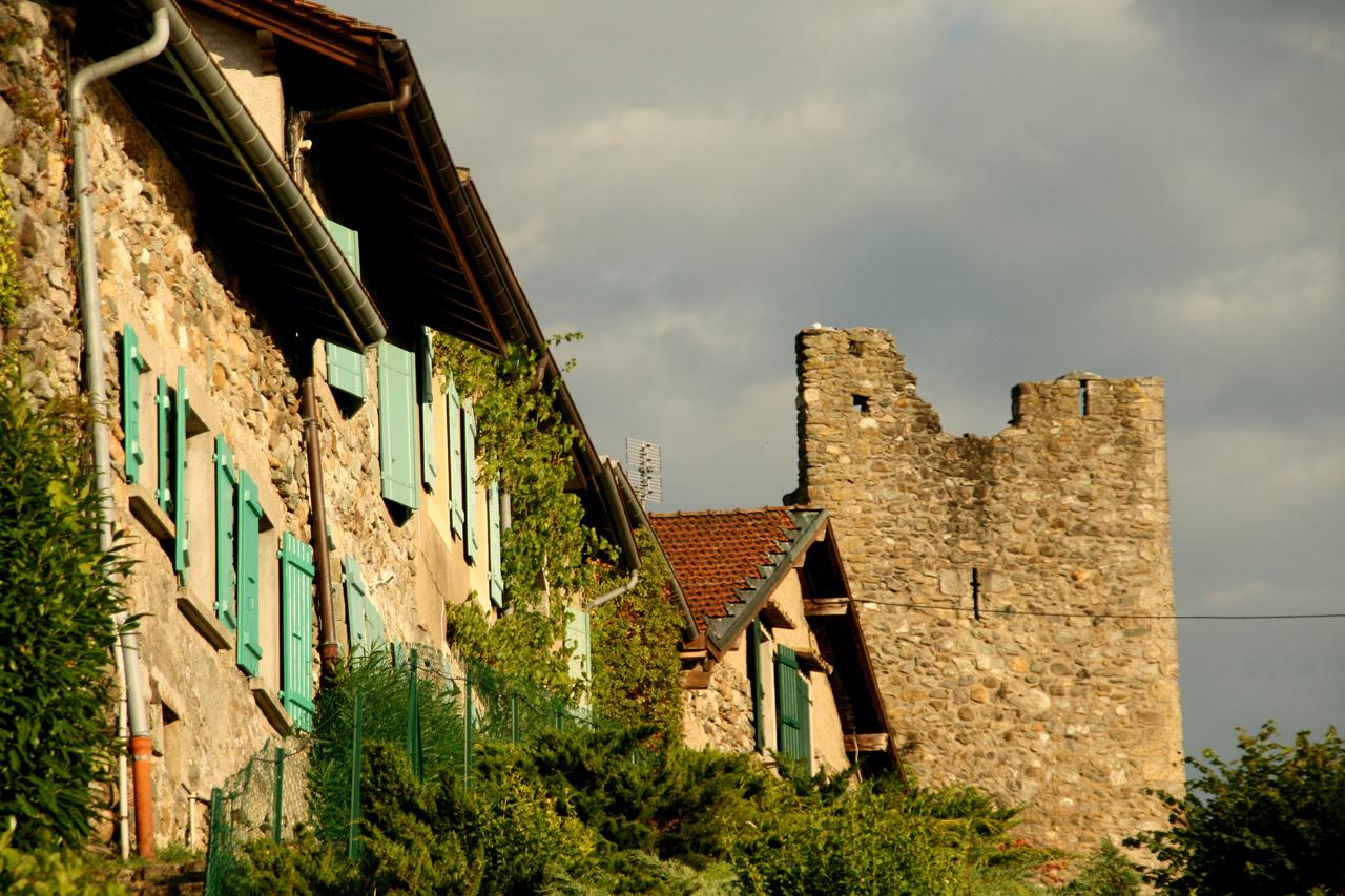 Certaines maisons du village d'Yvoire sont adossées au rempart et des fenêtres y ont été percées.